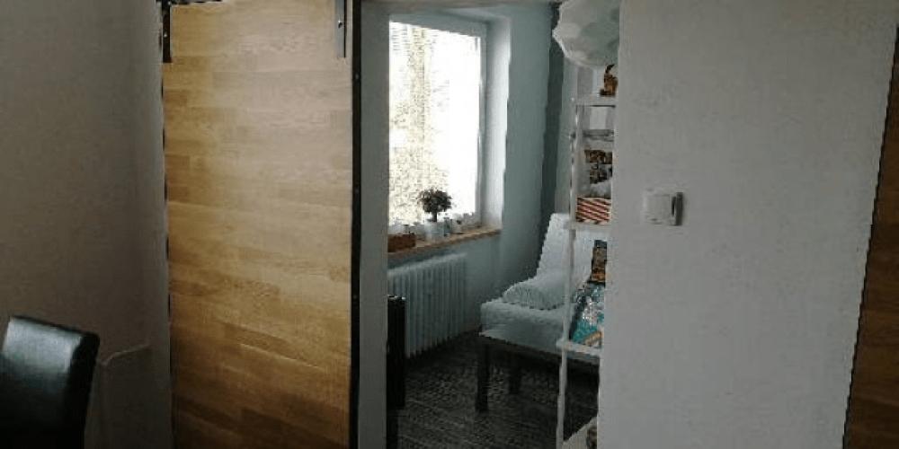 Moderní posuvné dveře s rustikálním kováním
