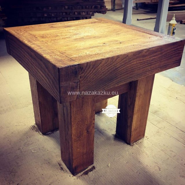 Masivní dubový stoleček